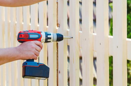 Pose clôture en bois